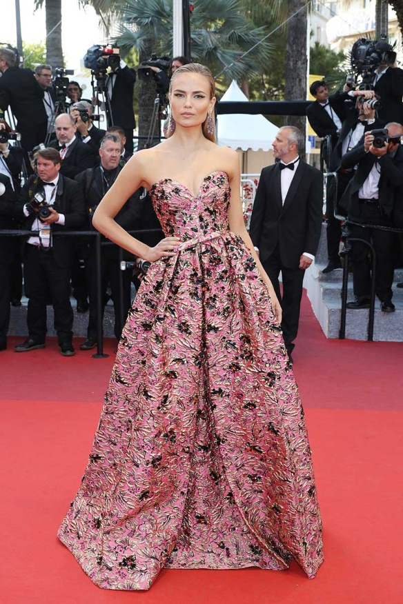el blog ana suero-Alfombra roja Festival Cannes 2016-Natasha Poli Vestido Prada palabra honor volumen tejido brocado rosa