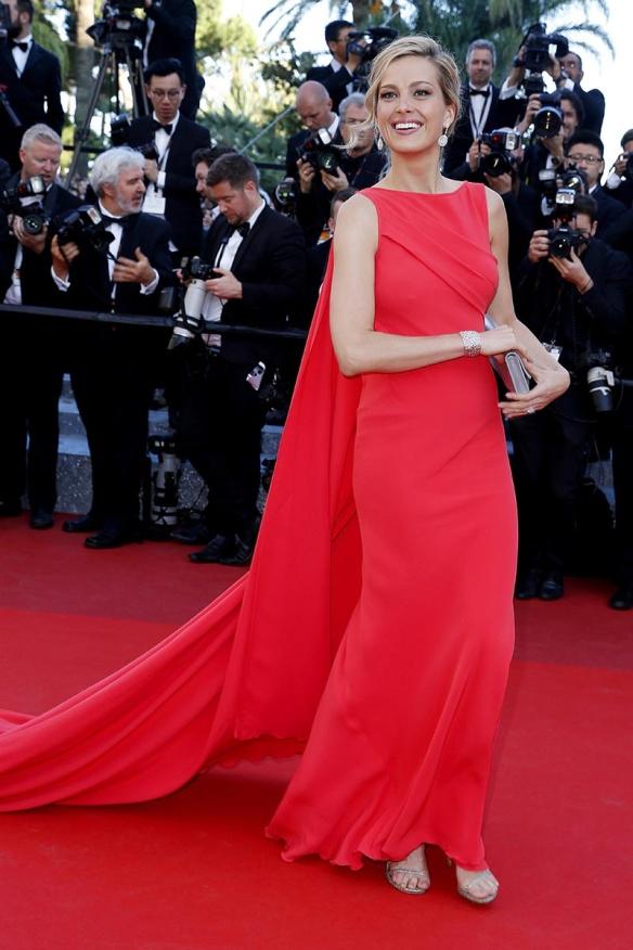 el blog ana suero-Alfombra roja Festival Cannes 2016-Petra Nemcova Vestido rojo capa Georges Chakya joyas Chopard