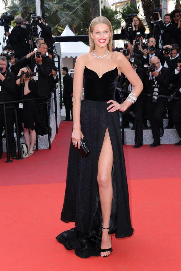 el blog ana suero-Alfombra roja Festival Cannes 2016-Toni Garrn Vestido Francesco Russo palabra honor negro abertura pierna