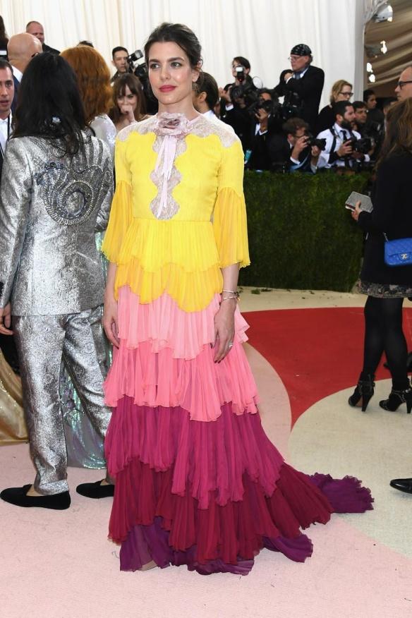el blog de ana suero-Alfombra roja Gala Met 2016-Carlota Casiraghi vestido largo Gucci volantes colores