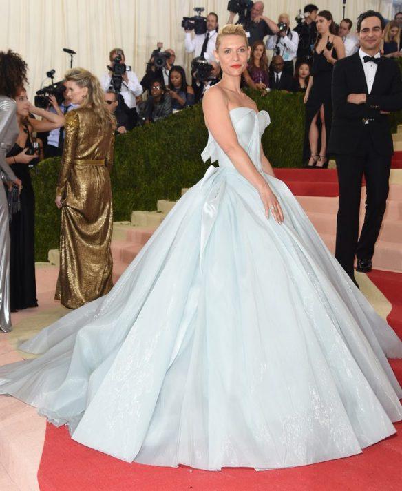 el blog de ana suero-Alfombra roja Gala Met 2016-Claire Danes vestido azul cielo reflectante Zac Posen