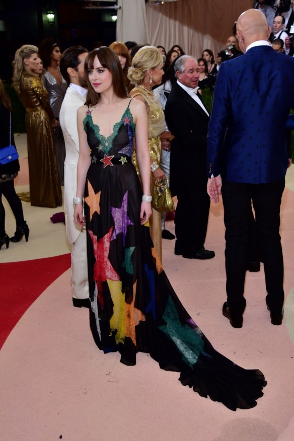 el blog de ana suero-Alfombra roja Gala Met 2016-Dakota Johnsson vestido largo negro estrellas Gucci