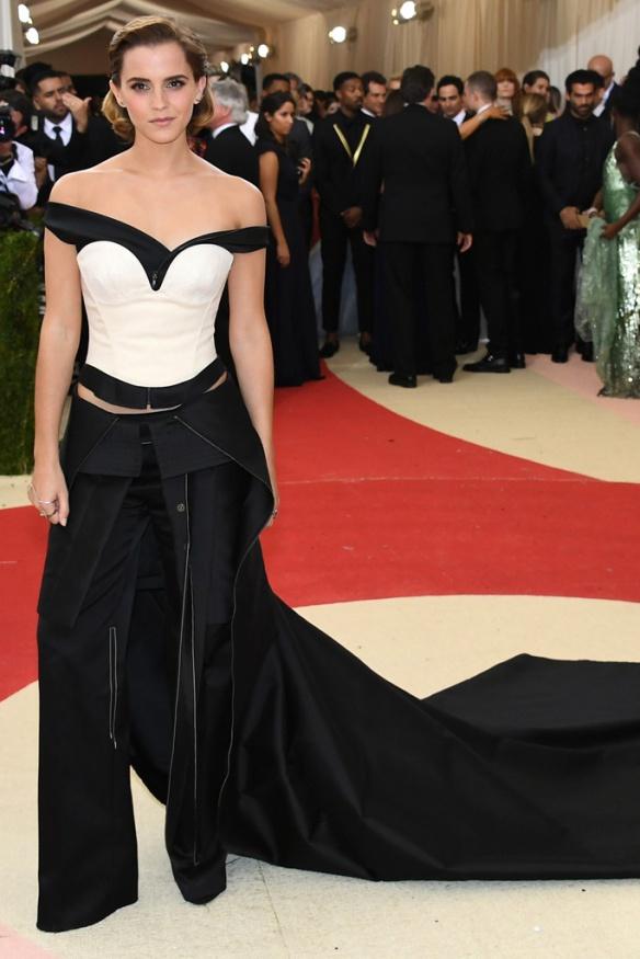 el blog de ana suero-Alfombra roja Gala Met 2016-Emma Watson vestido pantalon blanco y negro Paige Novick