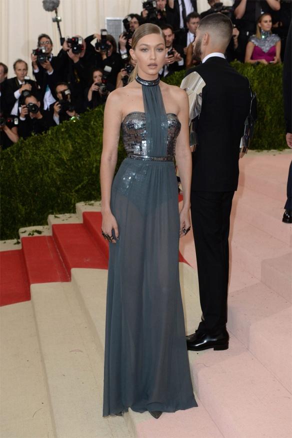 el blog de ana suero-Alfombra roja Gala Met 2016-Gigi Hadid vestido Tommy Hilfiger transparencias paillettes