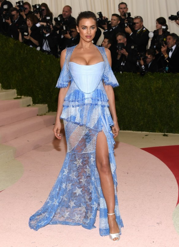 el blog de ana suero-Alfombra roja Gala Met 2016-Irina Shayk vestido azul estrellas asimetrico