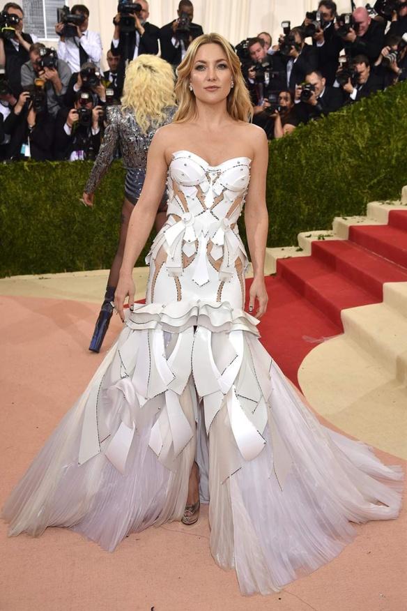 el blog de ana suero-Alfombra roja Gala Met 2016-Kate Hudson vestido Versace blanco material futurista