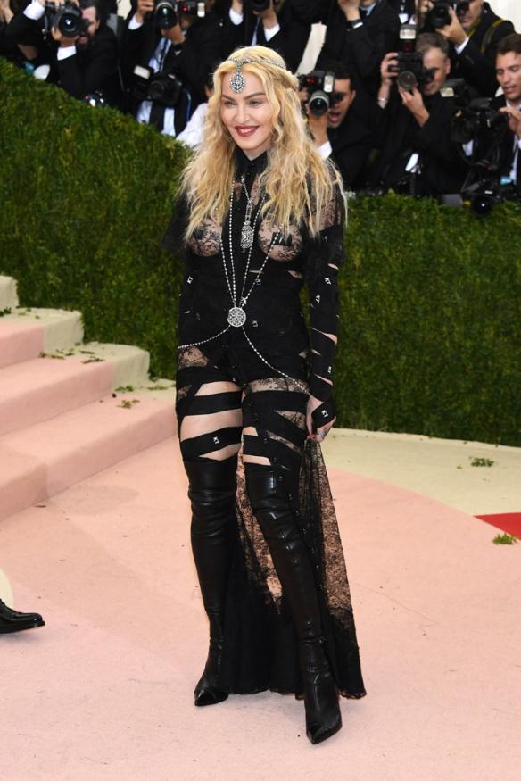 el blog de ana suero-Alfombra roja Gala Met 2016-Madonna conjunto Givenchy negro transparencias