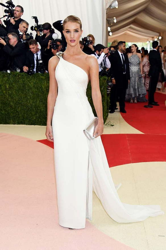 el blog de ana suero-Alfombra roja Gala Met 2016-Rosie Huntington Witheley vestido largo asimetrico blanco Ralph Lauren