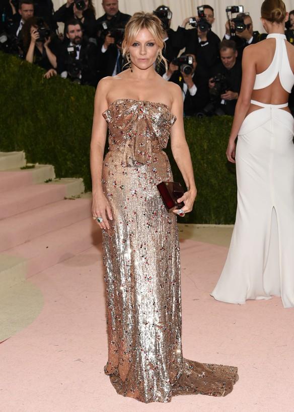 el blog de ana suero-Alfombra roja Gala Met 2016-Sienna Miller vestido largo Gucci metalizado lazo