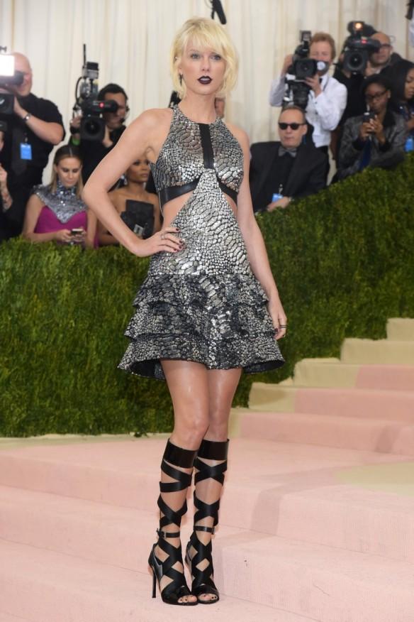 el blog de ana suero-Alfombra roja Gala Met 2016-Taylor Swift vestido Louis Vuitton cortocut out escamas plateado