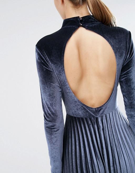el-blog-ana-suero-invitadas-boda-otono-2016-asos-vestido-midi-azul-marino-manga-larga-terciopelo-y-falda-plisada-escote-espalda