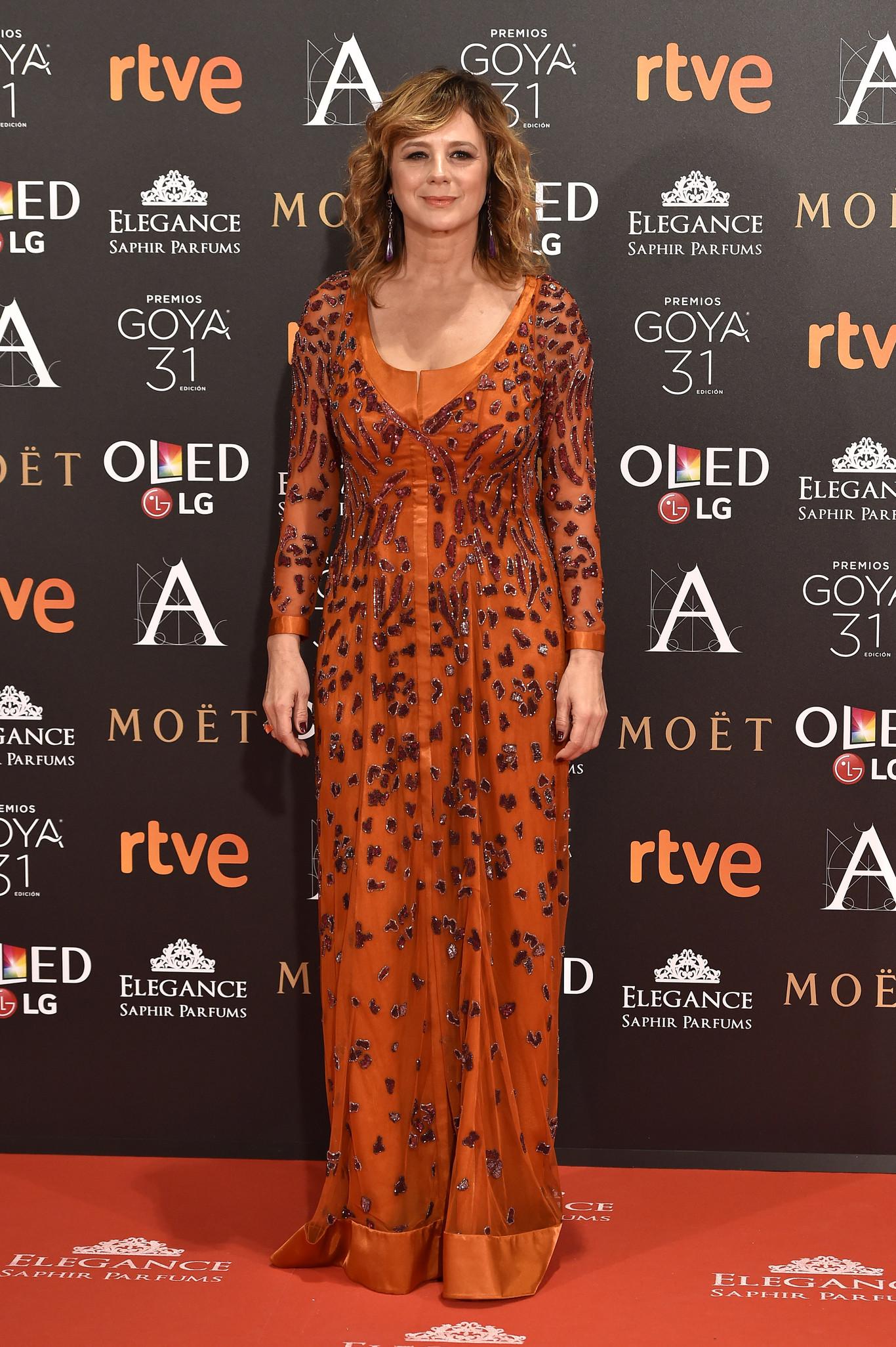 25e9c06af2e5 blog-ana-suero-alfombra-roja-goyas-2017-emma-suarez-vestido-naranja-joya-caprile.jpg
