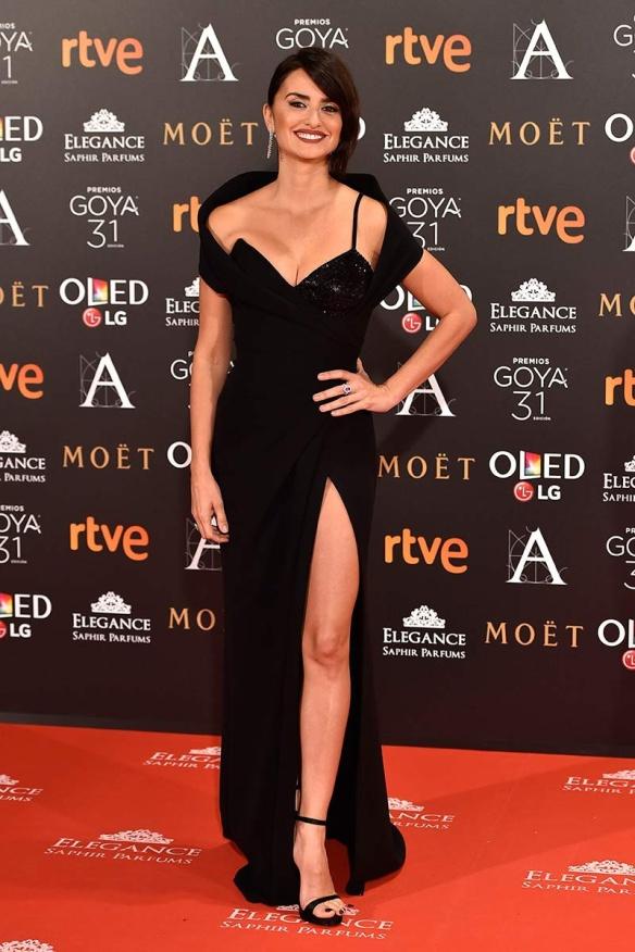 blog-ana-suero-alfombra-roja-goyas-2017-penelope-cruz-vestido-escotado-negro-atelier-versace